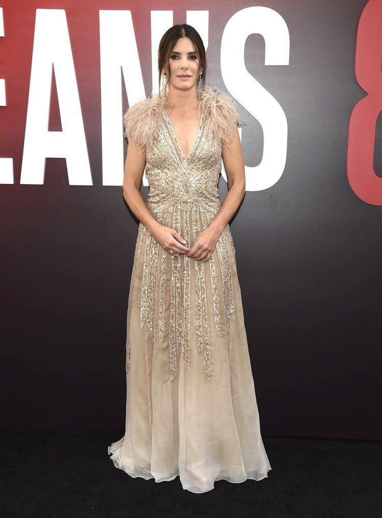 珊卓布拉克粉膚色羽毛亮片的Elie Saab訂製服搭配美國設計師Lorraine...