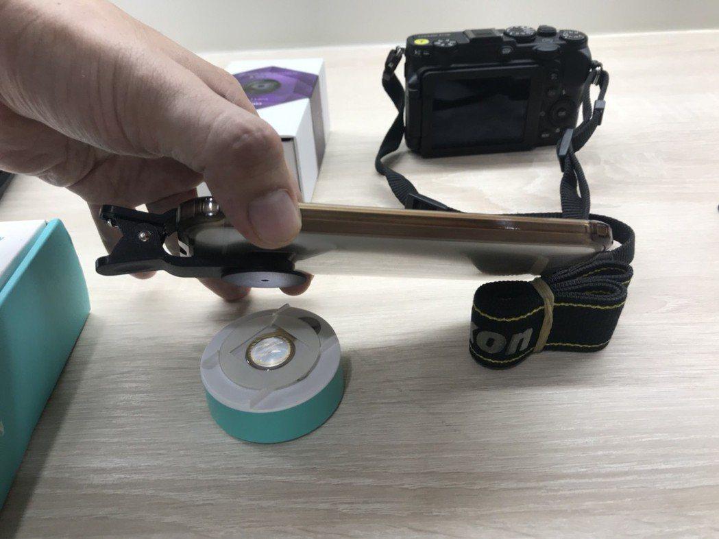 智慧型手機外接生物顯微鏡。 記者袁志豪/攝影