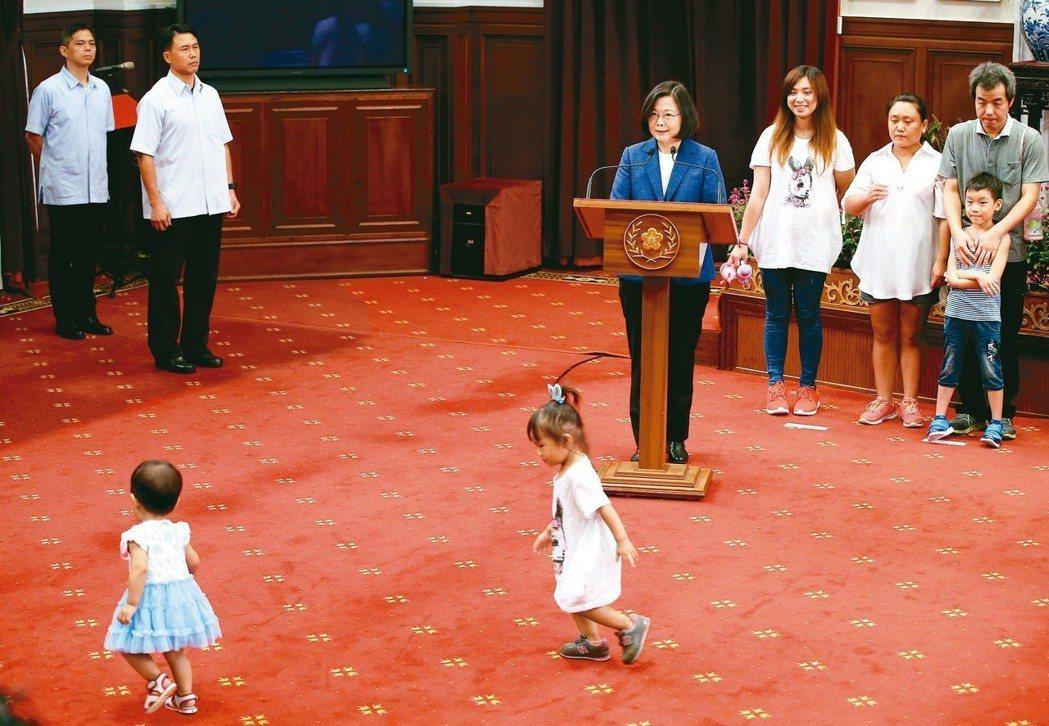 蔡英文總統(中)簽署「兒童及少年未來教育與發展帳戶條例」,記者會邀請小朋友出席,...