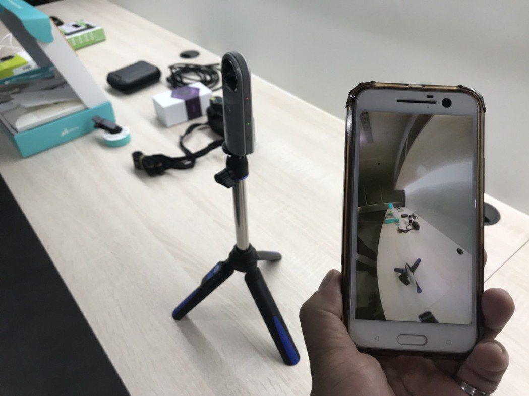 智慧型手機連線3D鏡頭拍攝情形。 記者袁志豪/攝影