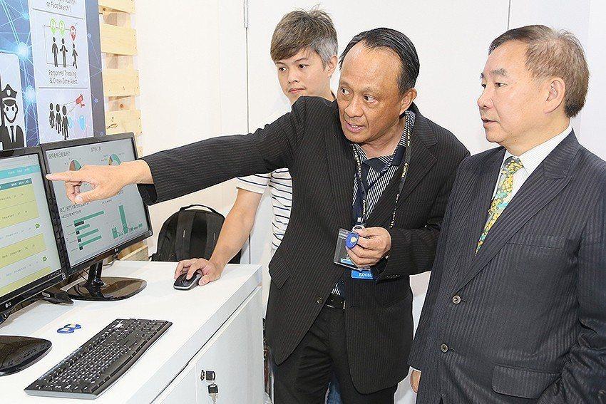 廠商向桃園市副市長王明德(右)介紹參展產品。 曹松清/攝影