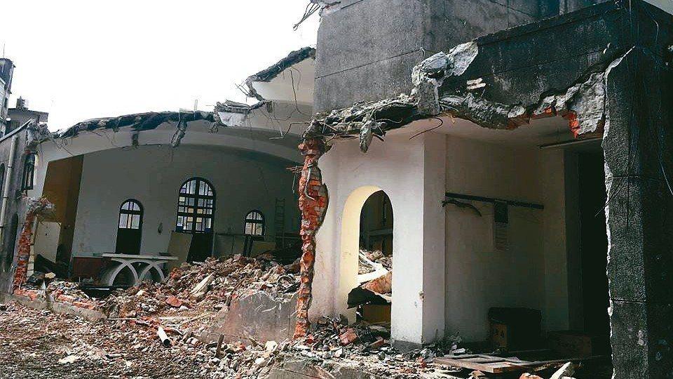 「礁溪天主堂」歷史建築連夜被拆到面目全非,磚牆裸露,令人痛心。 孫博萮/提供
