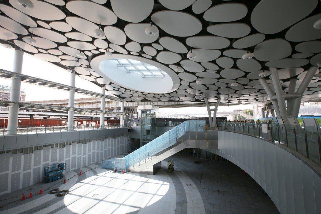 高雄車站第一階段工程即將完工,新車站的大廳挑高開闊,具有現代感。 記者劉學聖/攝...