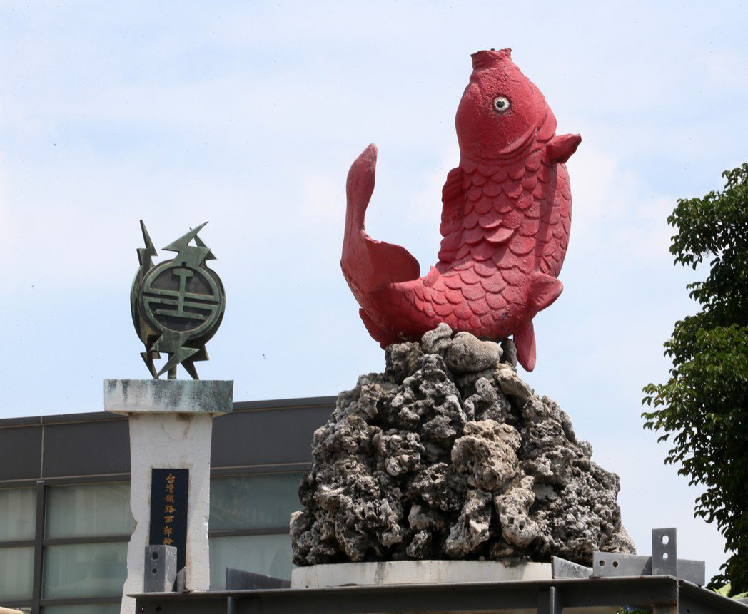興建於日據時期的高雄車站站前有鯉魚噴泉造景,未來也將移至適當位置安放。 記者劉學...