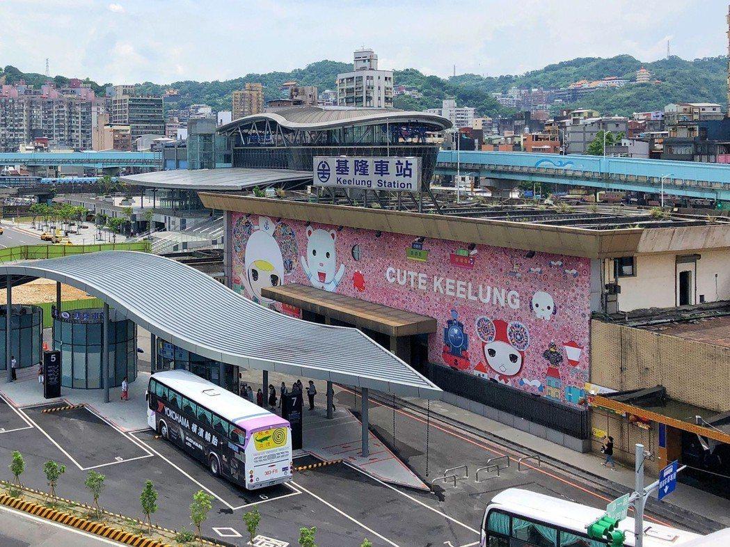 基隆火車站舊站,後方為基隆火車站新站。 記者王騰毅/攝影