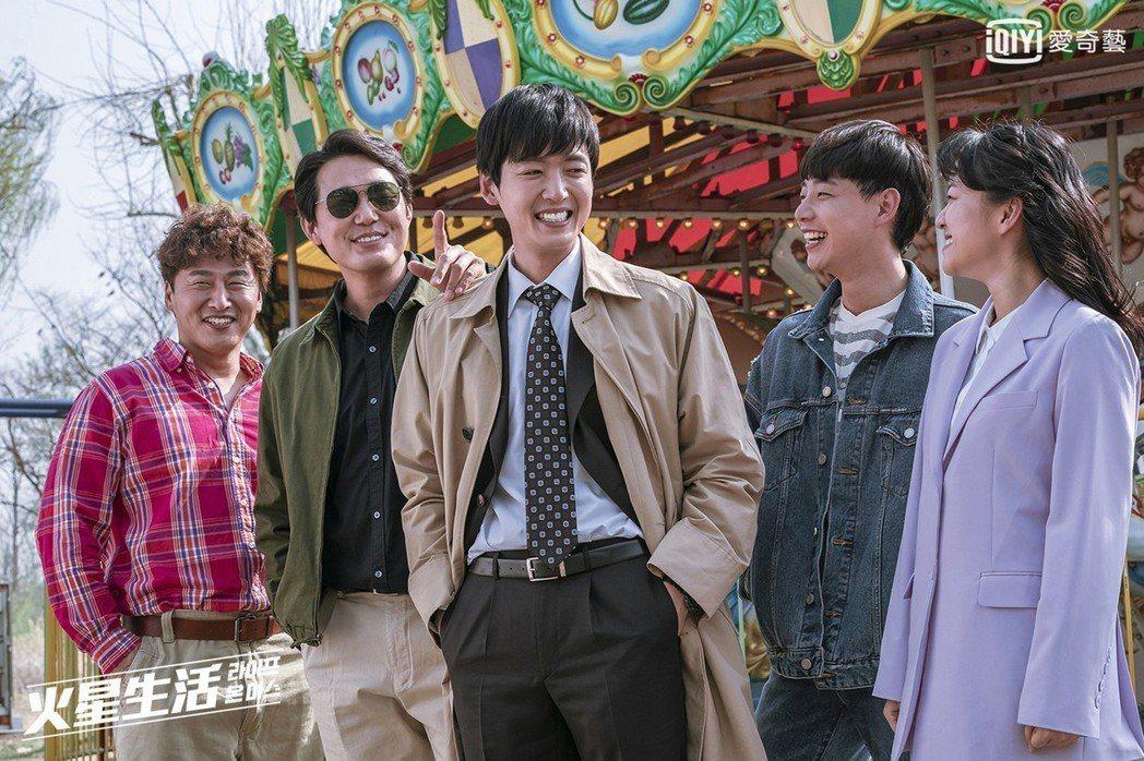 韓劇「火星生活」,描述一名警察在追查連續殺人犯案件時,突然回到1988年的時空,