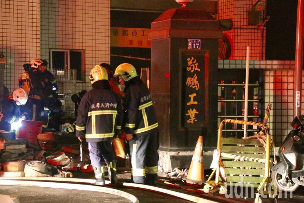 桃園敬鵬工廠大火釀8死,讓消防員及移工的工作安全問題再度浮上檯面。報系資料照