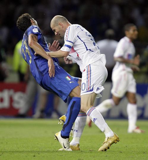 席丹(右)於2006世足賽決賽用頭頂義大利馬特拉吉。 路透