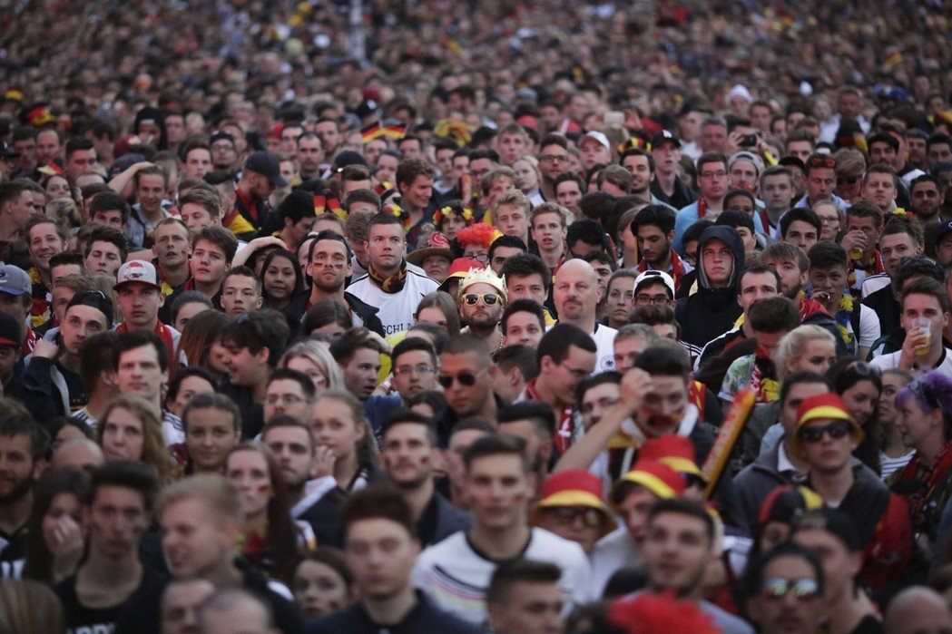 世界盃將擁入不少足球迷。 美聯社