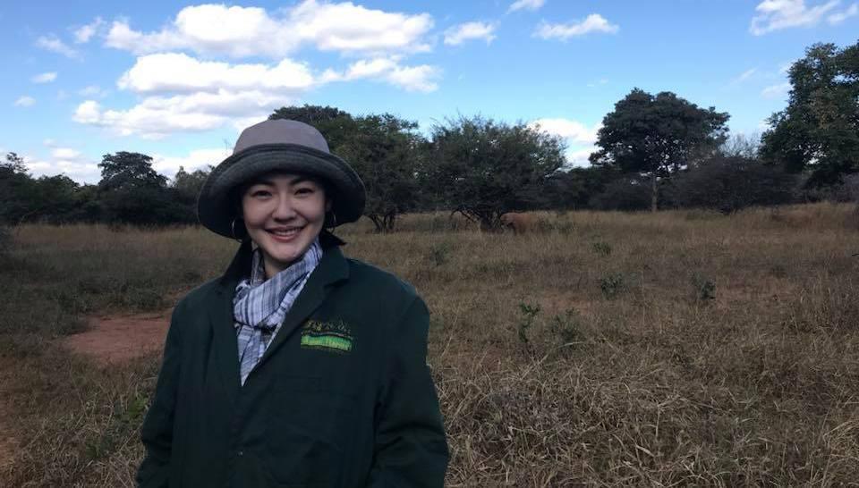 小S在草原上的照片,網友忙著找大象在哪裡。 圖/擷自小S臉書