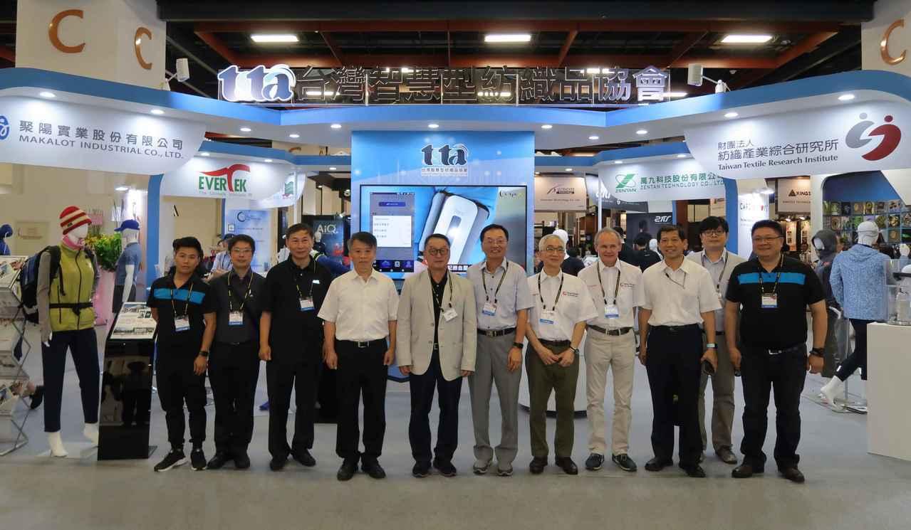 紡織產業綜合研究所與台灣智慧型紡織品協會會員廠商代表於COMPUTEX「台灣智慧...