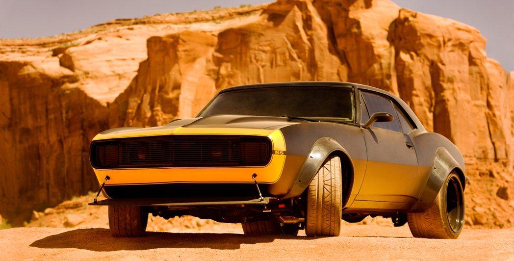 在變形金剛4裡,大黃蜂一度偽裝成第1代Chevrolet Camaro。 摘自Paramount Pictures