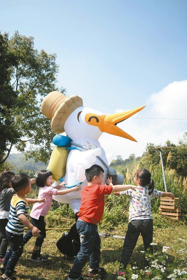 線上消費滿千元,可獲贈「台灣休閒農業旅遊吉祥物-鷺小白」周邊商品。