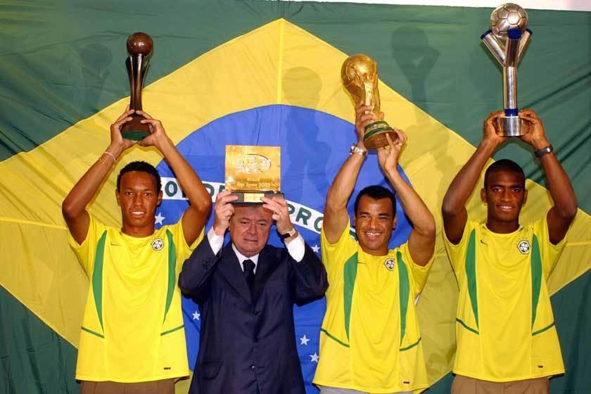 巴西不但拿下2002年世界盃冠軍,還拿下2003年的U17和U20的世界盃冠軍,...