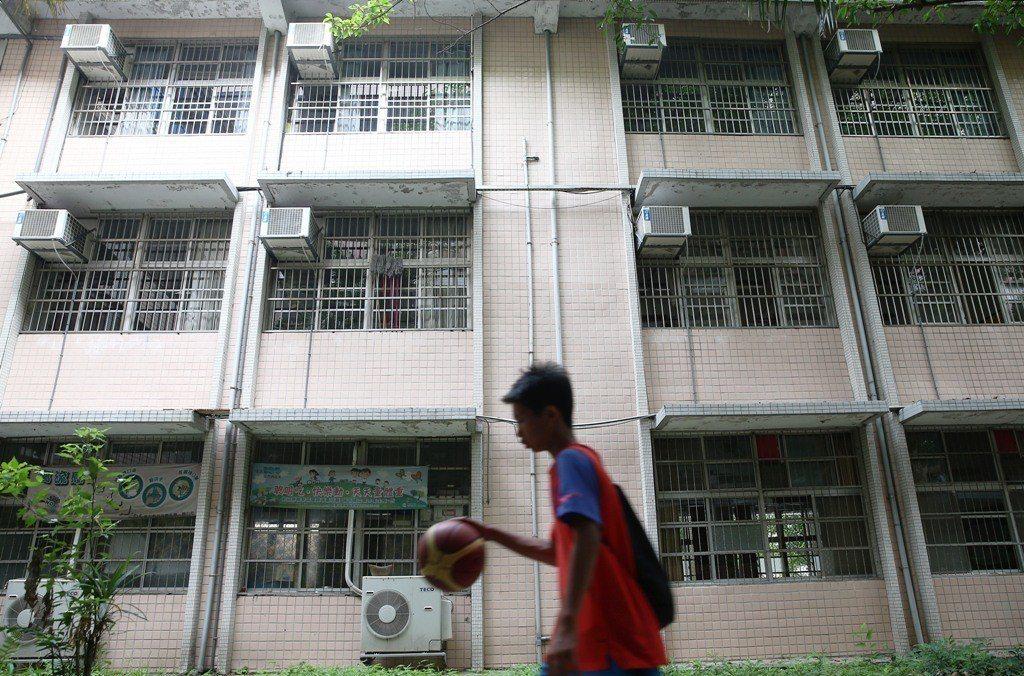 因應氣候變遷顯著、都會區熱島效應嚴重,國中小教室是否安裝冷氣引發中央與地方熱議。...