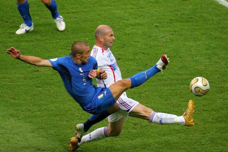 2006年世界盃席丹(右)和卡納瓦羅(左)的競爭,代表老將經驗的大比拚,最後的點...