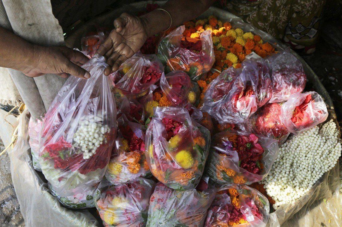 印度的塑膠政策早已行之有年,但在一般的小販交易中,塑膠袋仍因價格低廉、取得方便,...