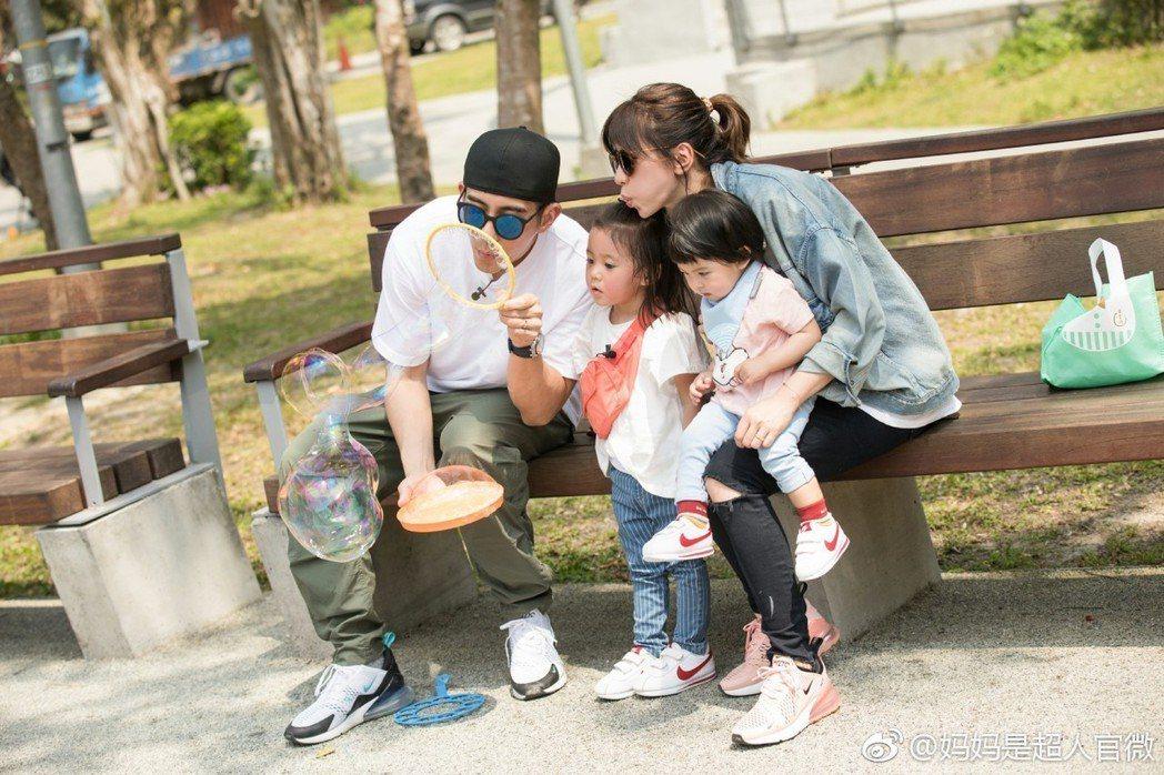 賈靜雯與修杰楷最近一家人還上了大陸節目「媽媽是超人」。圖/擷自微博。