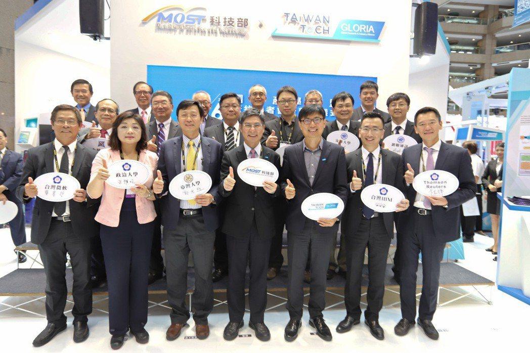 產學高飛!科技部部長陳良基(中)與15個聯盟代表、國內外產業的共同參與,今日舉辦...