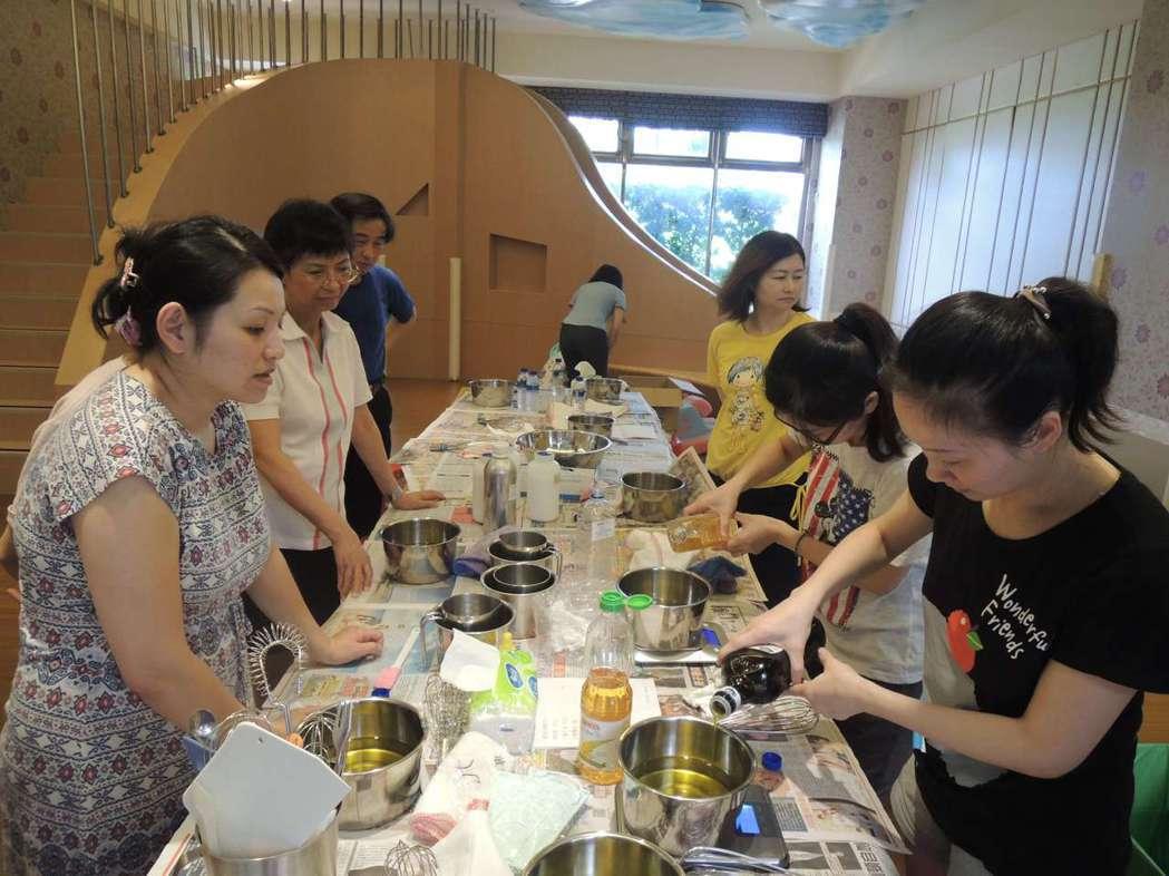琴朗社區開設環保肥皂課程,讓住戶學習與落實資源回收再利用的觀念。 新北環保局/提...