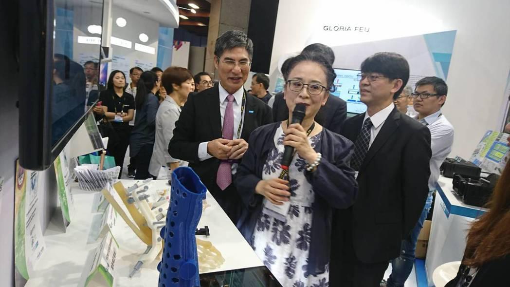 區塊鏈籌眾平台受科技部長陳良基(左)高度重視,特來Computex體驗。亞大副校...