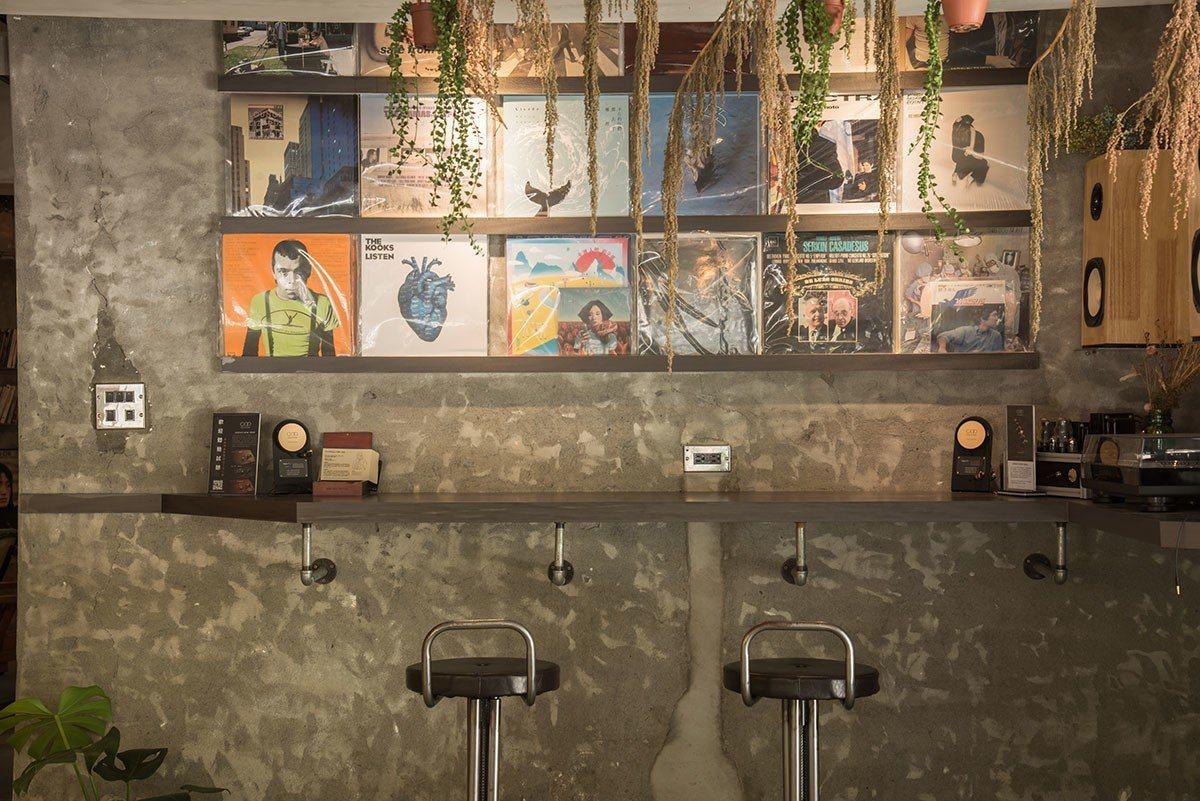 主人Bay推薦店裡的黑膠牆、專業耳機和唱片收藏