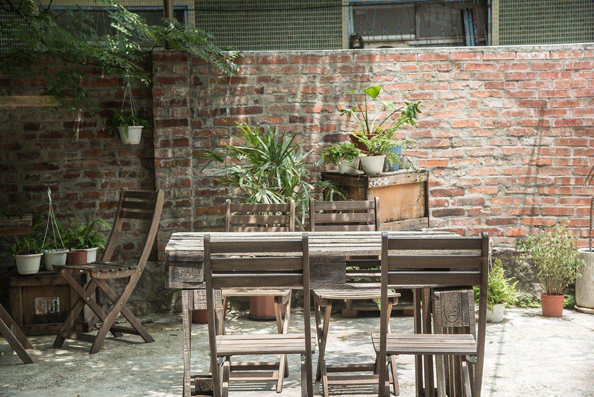 庭園的樹下用餐區是城市的一方靜地