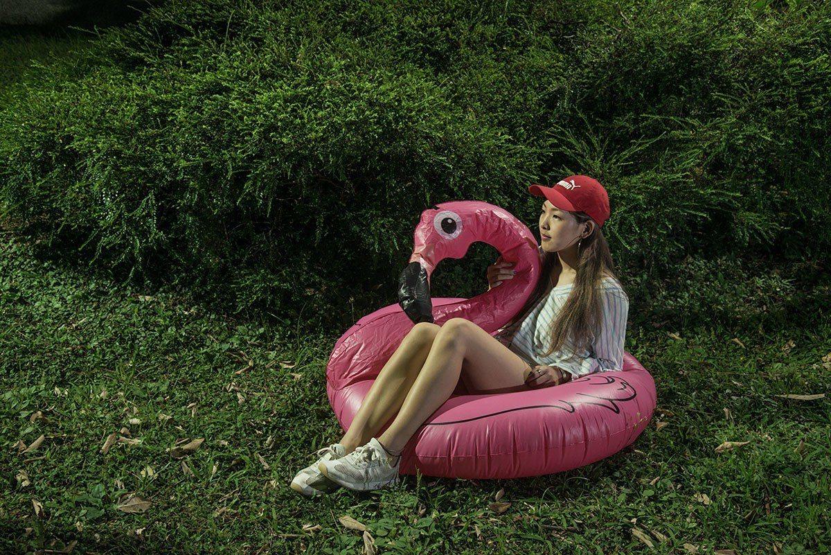 坐在紅鶴造型的游泳圈裡看電影又萌又青春