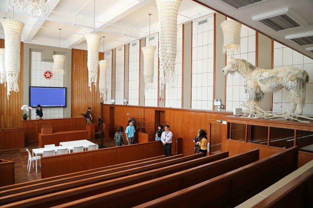 第一法庭轉變的演講廳,可見犯人欄的被告席、法院指示牌的身影