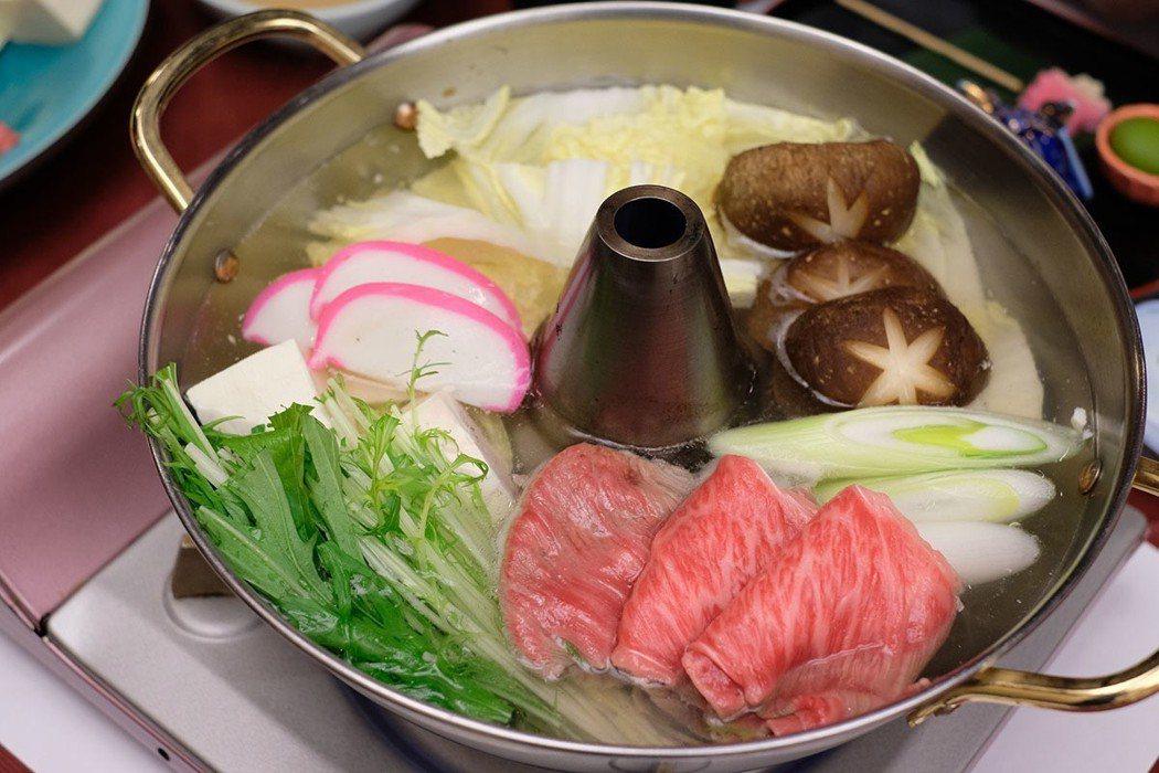西屋旅館的夜晚能享用到米澤牛火鍋的溫暖滋味