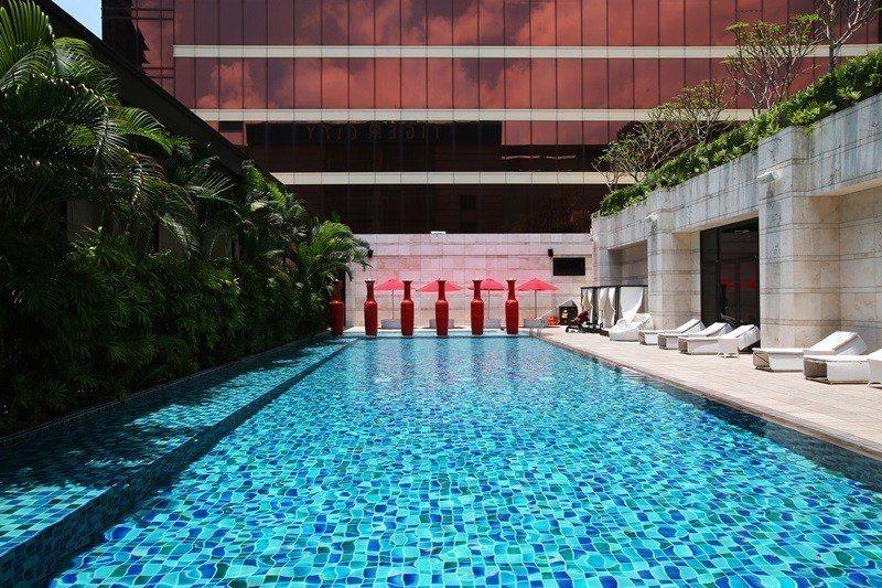 充滿藝術風格的戶外溫水泳池,營造悠哉的峇里島渡假風。