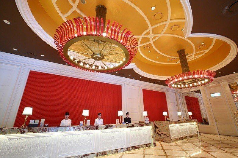 酒店整體設計採用大量金色和紅色,打造頂級奢華的尊榮感。