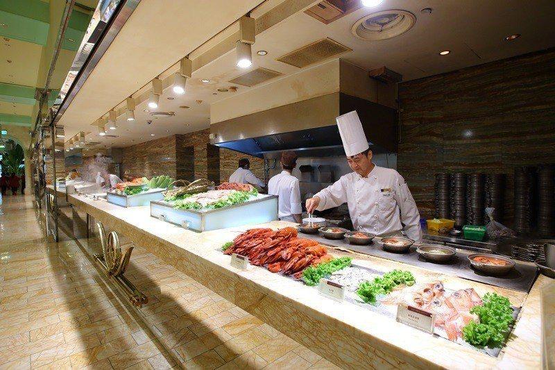 高人氣「森林百匯」每天300道 左右美食在午晚餐輪番上陣。