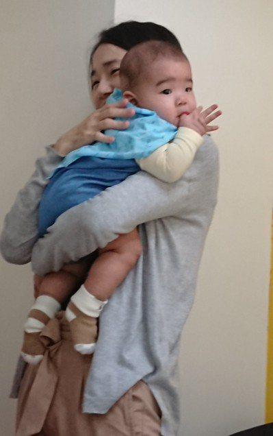 媽媽們常因抱小孩、擠奶造成「媽媽手」,不過近幾年不少爸爸也因分擔照顧工作長時間抱...