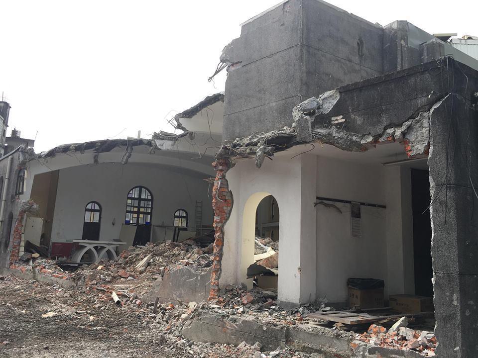 「礁溪天主堂」歷史建築連夜被拆到面目全非,磚牆裸露,令人痛心。圖/孫博萮提供