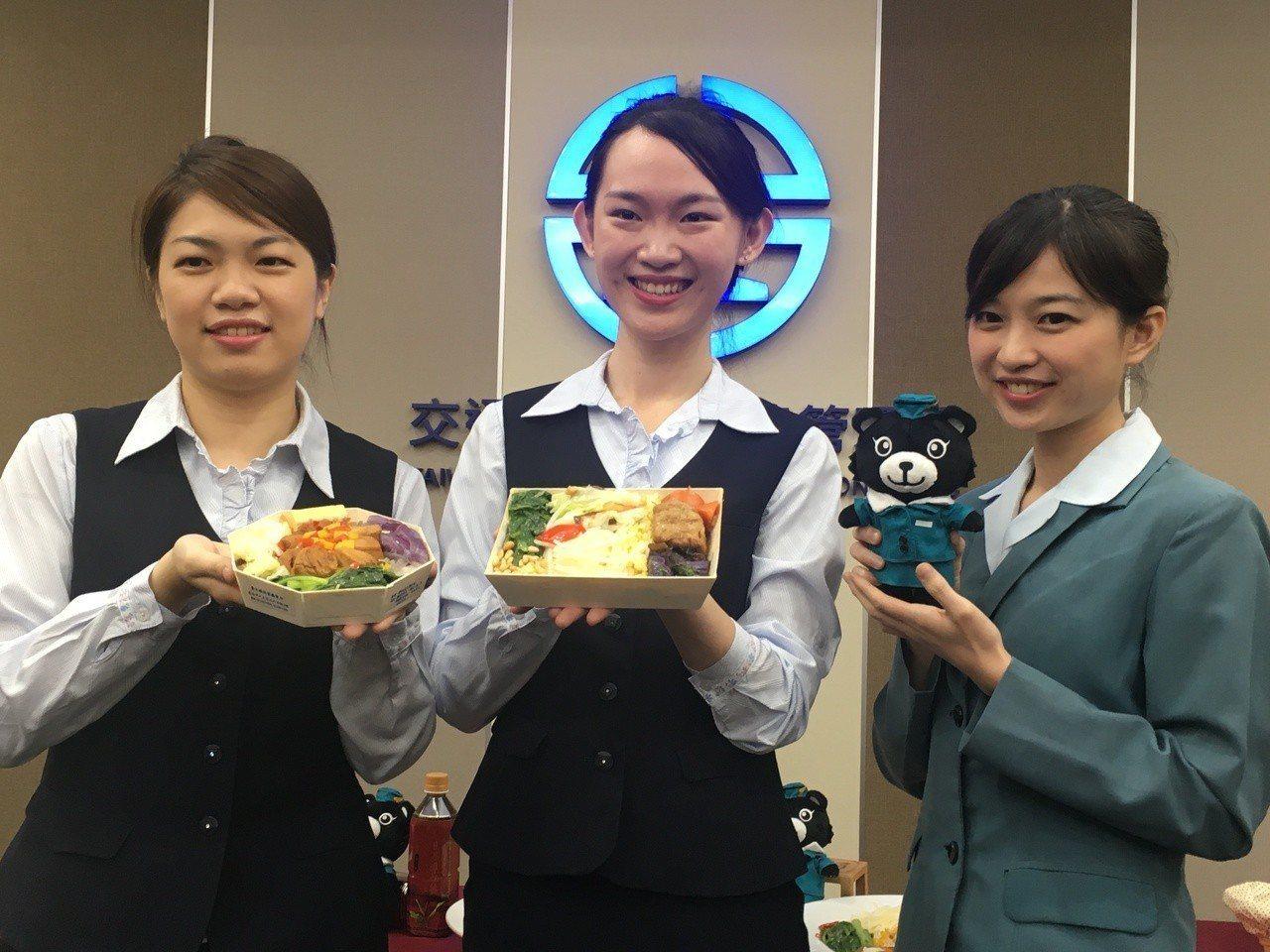 台鐵推出兩款銀髮族便當及餐旅熊絨毛娃娃「漢娜將」。記者吳姿賢/攝影