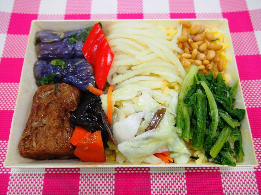 台鐵照顧銀髮族,推出軟嫩好咀嚼的「南瓜松子蔬食便當」。圖/台鐵局提供