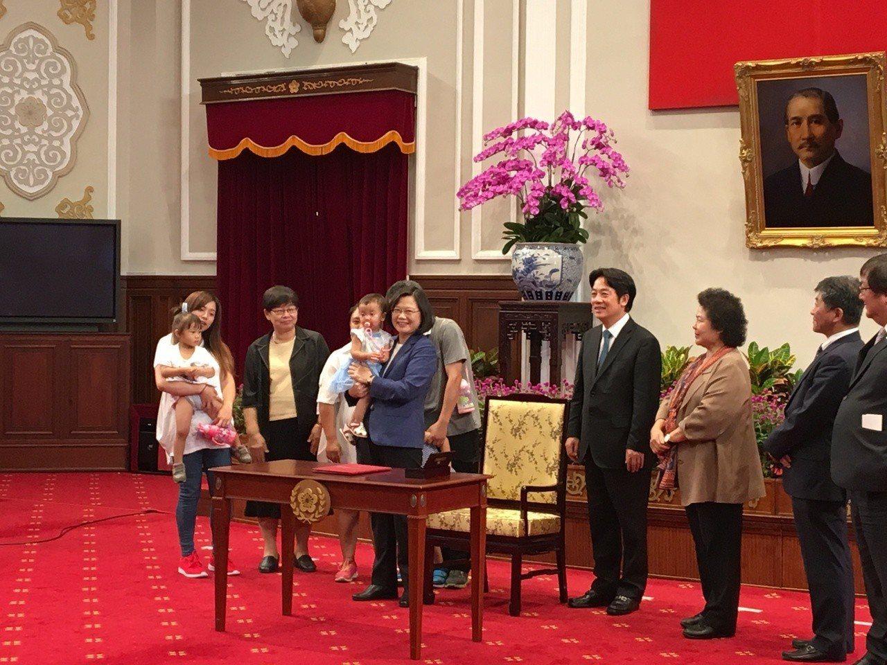 蔡英文總統今天公開簽署「兒童及少年未來教育與發展帳戶條例」。記者周佑政/攝影