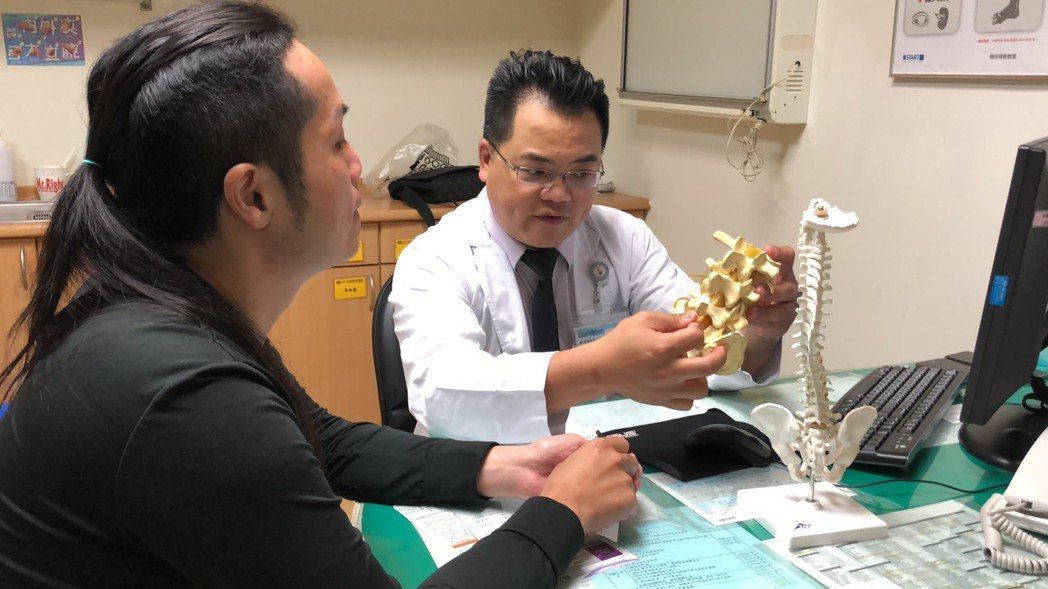 光田神經外科醫師林牧熹正向患者說明治療方法。圖/光田醫院提供