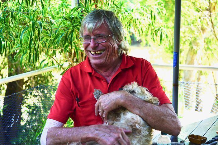 飼主韓森與梗犬琵琶。取自澳洲廣播公司(ABC)網站