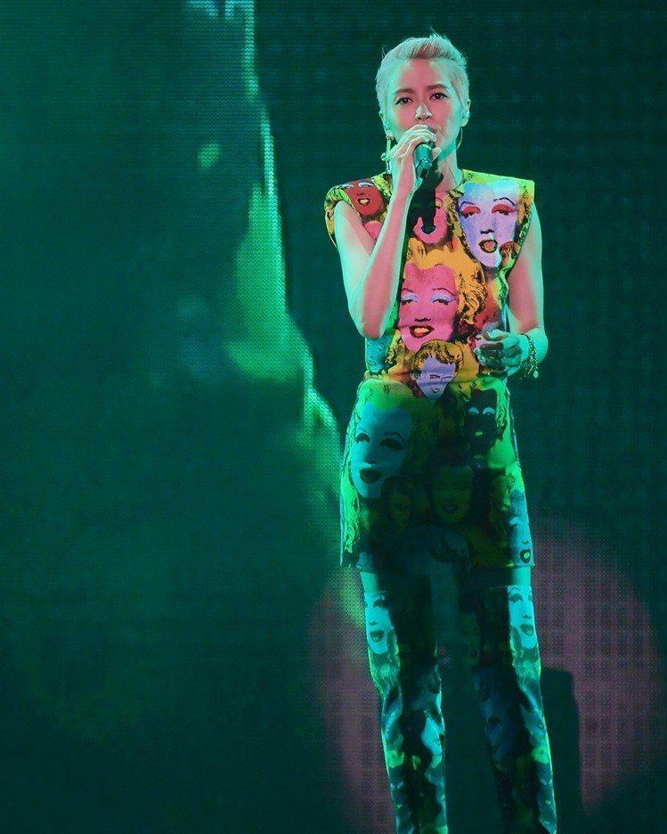 梁詠琪穿著Versace春夏女裝經典印花系列。圖/摘自IG