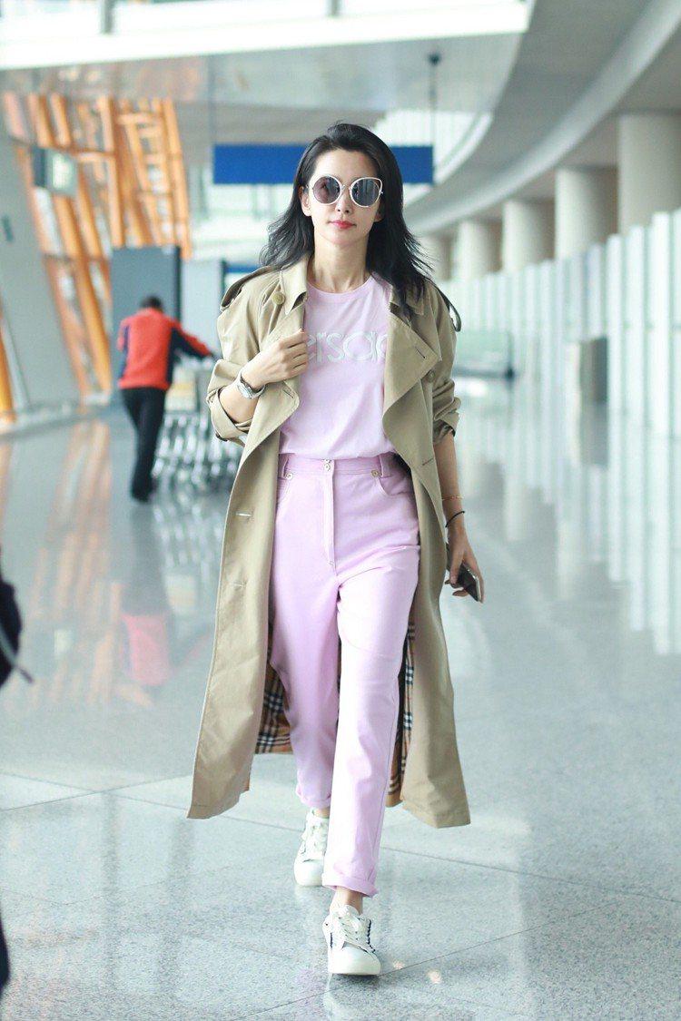 李冰冰穿著Versace復古標誌粉紅T恤。圖/Versace提供