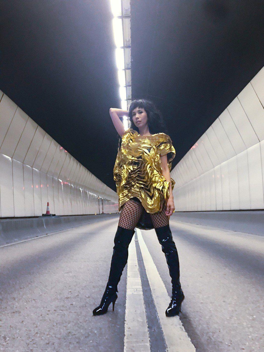 莫文蔚新歌「絕」MV,歌曲由方大同作曲、周耀輝填詞。圖/莫家寶貝工作室提供