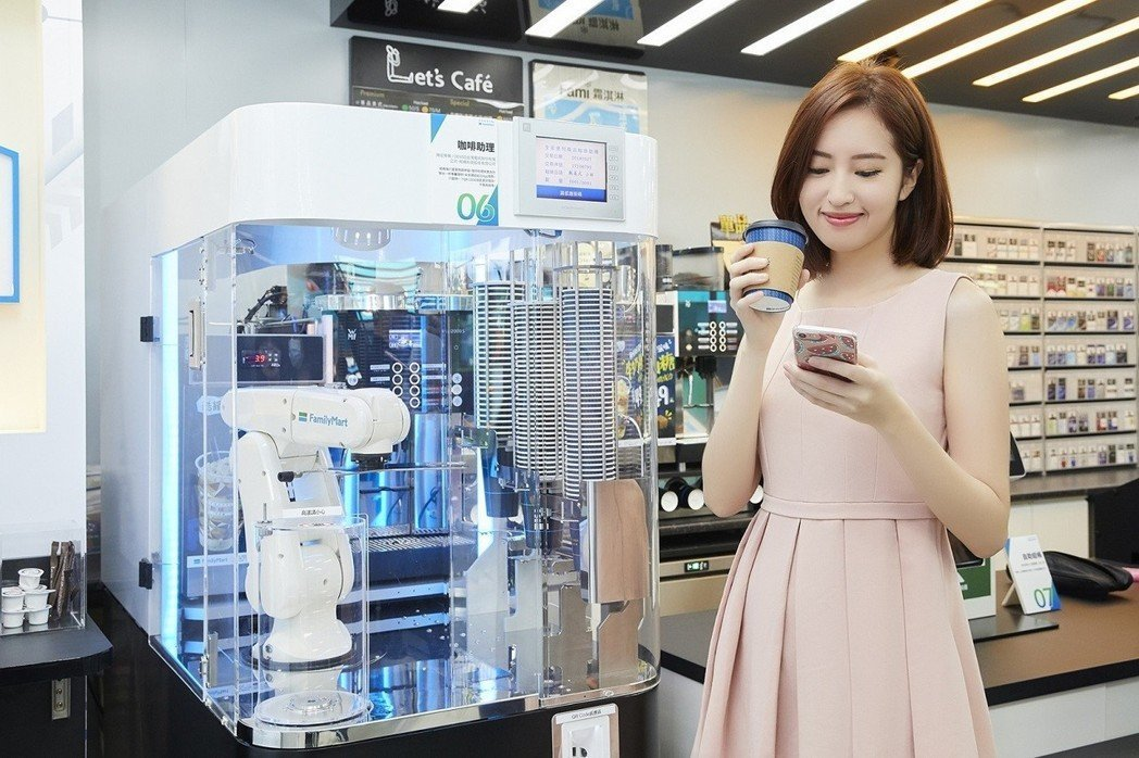 全家科技概念店結帳後只要拿條碼掃描,咖啡助理就幫你製作咖啡。圖/全家便利超商提供