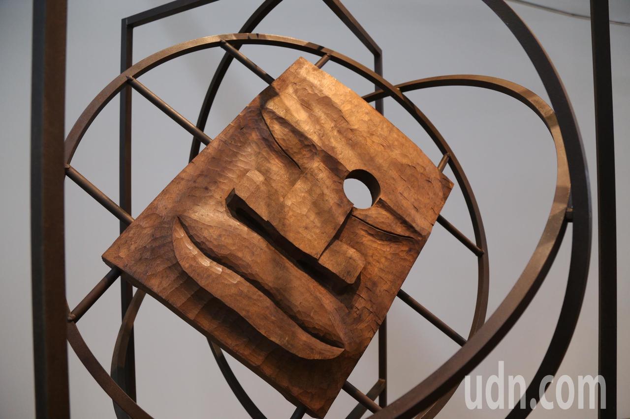 藝術家賴永興即日起在嘉義文化集會所,舉辦「自刻.平實亦華貴木雕展」。記者卜敏正/...