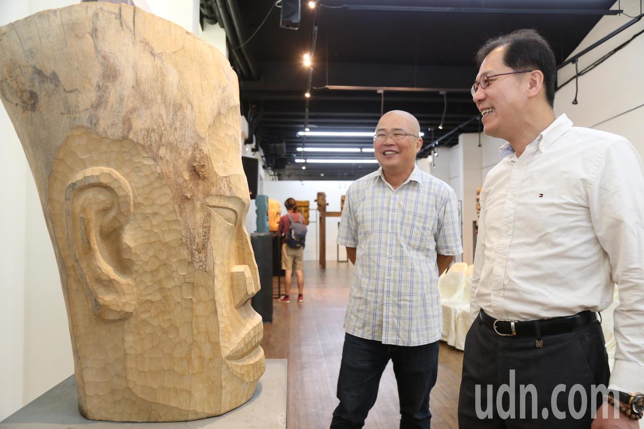 藝術家賴永興(左)為吳芳銘(右)介紹木雕創作心境。記者卜敏正/攝影