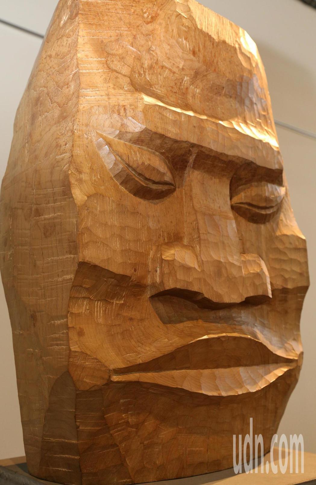 藝術家賴永興「自刻.平實亦華貴木雕展」,作品呈現強烈風格。記者卜敏正/攝影