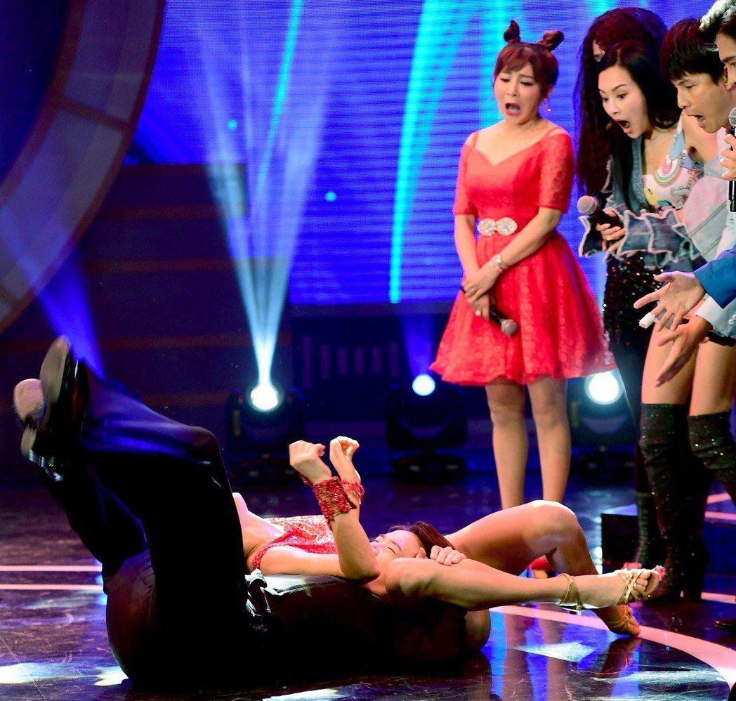 瑪格重摔那刻,一旁的王彩樺(右三)、王思佳(右二)、和孫協志表情很有戲,嘴巴張很...