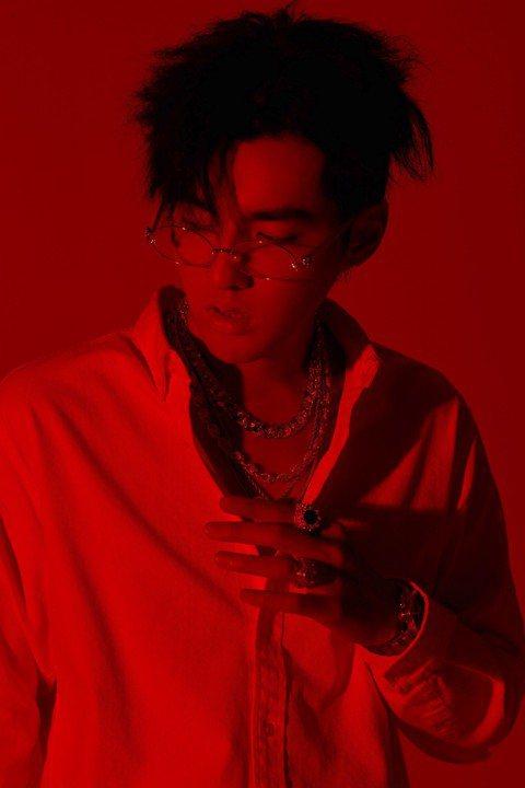 「Kris Wu」吳亦凡的英文單曲「Like That」先登頂美國iTunes總榜及美國iTunes Hip-Hop/Rap分榜冠軍,緊接著更登上Billboard告示牌百大單曲榜的第73名,創下華...