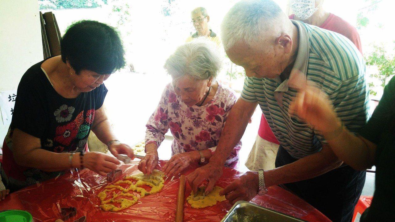 烘焙達人帶著社區的長輩一起製作蝴蝶形狀的小餅乾。記者陳斯穎/攝影